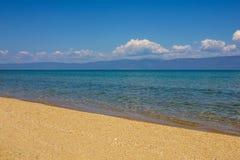 Spiaggia sabbiosa e chiara acqua Fotografia Stock Libera da Diritti