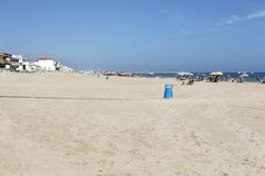 Spiaggia sabbiosa e cielo blu bianchi a Oliva, Spagna Fotografie Stock