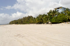 Spiaggia sabbiosa nella città di Bamburi Fotografie Stock