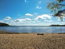 Spiaggia sabbiosa nella foresta sul lago Seliger fotografie stock libere da diritti
