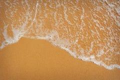Spiaggia sabbiosa perfetta nel giorno di estate caldo Immagini Stock Libere da Diritti
