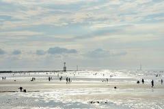 Spiaggia sabbiosa piena di sole fotografia stock