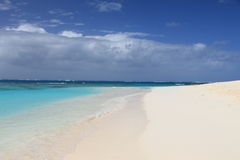 Spiaggia sabbiosa pulita abbandonata Fotografie Stock