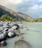 Spiaggia sabbiosa sul fiume Katun, montagne di Altai, Siberia Immagine Stock