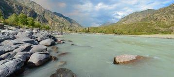 Spiaggia sabbiosa sul fiume Katun, montagne Siberia, Russia di Altai Fotografie Stock Libere da Diritti