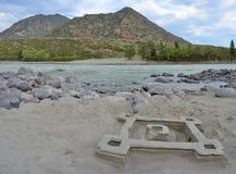 Spiaggia sabbiosa sul fiume Katun, montagne Siberia, Russia di Altai Immagine Stock