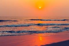 Spiaggia sabbiosa tropicale, vista del mare durante il tramonto variopinto Fotografia Stock Libera da Diritti
