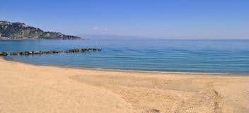 Spiaggia sabbiosa vuota in un giorno soleggiato Fotografia Stock