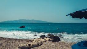 Spiaggia in Saranda, Albania, Riviera albanese, bella vista sul mare fotografia stock libera da diritti