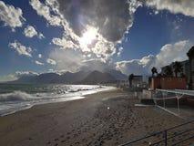 Spiaggia sbalorditiva, località di soggiorno e montagne nebbiose a Adalia Immagine Stock
