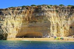 Spiaggia, scogliera e grotto a Carvoeiro fotografia stock libera da diritti