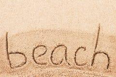 Spiaggia scritta a mano sulla spiaggia sabbiosa Fotografie Stock Libere da Diritti