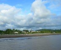 Spiaggia scura vulcanica tropicale della sabbia Immagini Stock