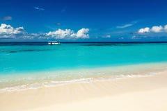 Spiaggia selvaggia di paradiso sui Caraibi Immagini Stock