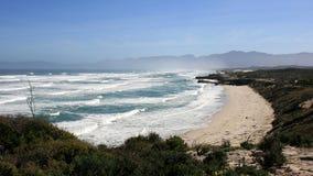 Spiaggia selvaggia ed alte onde, itinerario del giardino Fotografia Stock