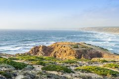 Spiaggia selvaggia stupefacente bella Bordeira, accanto a Carrapateira, Algarve, Portogallo immagine stock libera da diritti