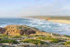 Spiaggia selvaggia stupefacente bella Bordeira, accanto a Carrapateira, Algarve, Portogallo fotografie stock