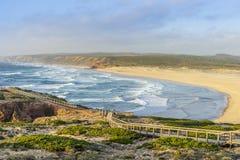 Spiaggia selvaggia stupefacente bella Bordeira, accanto a Carrapateira, Algarve, Portogallo fotografie stock libere da diritti