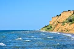 Spiaggia selvaggia su un fondo del mare blu Fotografia Stock Libera da Diritti