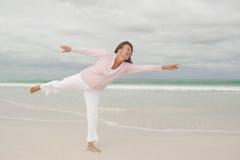 Spiaggia senior felice attiva della donna   Fotografie Stock Libere da Diritti