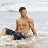 Spiaggia sexy dell'uomo fotografia stock libera da diritti