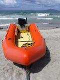 Spiaggia: soccorso della spuma gonfiabile e nuotatori fotografie stock libere da diritti