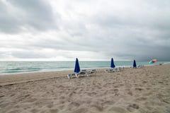 Spiaggia sola di mattina Immagini Stock