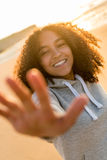 Spiaggia sorridente di tramonto dell'adolescente afroamericano della ragazza della corsa mista Fotografia Stock