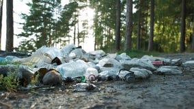Spiaggia sporca, bottiglie di plastica, borse ed altri rifiuti sulla sabbia della spiaggia Ecologia di problema Lettiera sulla ri archivi video