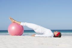 Spiaggia sportiva di stile di vita della donna matura Fotografia Stock Libera da Diritti