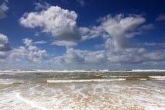 Spiaggia, spuma e cloudscape Immagine Stock Libera da Diritti