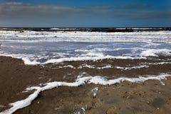 Spiaggia spumosa in tempo tempestoso Fotografie Stock Libere da Diritti