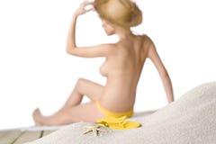 Spiaggia - stella marina sulla sabbia, donna nella priorità bassa Fotografia Stock