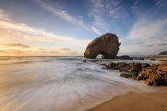 Spiaggia stupefacente di tramonto sulla costa del Portogallo Fotografie Stock
