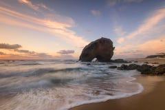 Spiaggia stupefacente di tramonto sulla costa del Portogallo Immagini Stock