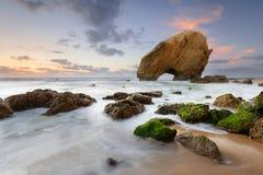 Spiaggia stupefacente di tramonto sulla costa del Portogallo Immagini Stock Libere da Diritti
