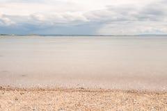 Spiaggia su Galway South Park con la sabbia ed il faro nel fondo immagini stock