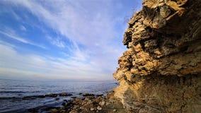 Spiaggia su una scogliera un giorno di autunno fotografie stock libere da diritti