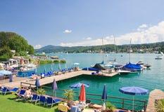 Spiaggia su valore del lago Località di soggiorno Velden l'austria immagine stock