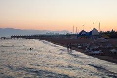 Spiaggia sul fondo di tramonto Fotografia Stock