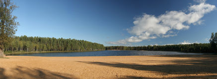Spiaggia sul lago di legno fotografia stock libera da diritti