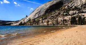 Spiaggia sul lago Tenaya Immagine Stock