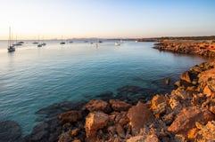 Spiaggia sul tramonto, Formentera, Spagna di Cala Saona fotografie stock