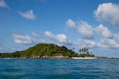 Spiaggia sull'isola disabitata Fotografia Stock Libera da Diritti
