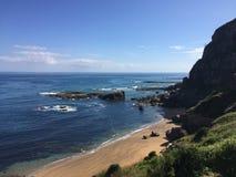 Spiaggia sull'oceano roccioso in Asturie Spagna immagini stock libere da diritti