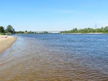 Spiaggia sulla costa del fiume di Atmata, Lituania Fotografia Stock