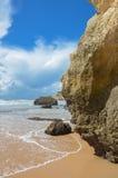 Spiaggia sulla costa di Algarve del Portogallo fotografia stock