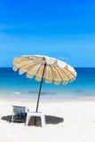 Spiaggia sulla spiaggia tropicale idillica della sabbia. Fotografie Stock Libere da Diritti