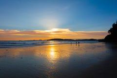 Spiaggia in Tailandia contro il cielo durante il tramonto Fotografia Stock