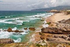 Spiaggia tempestosa dell'oceano di Guincho nel Portogallo Fotografie Stock